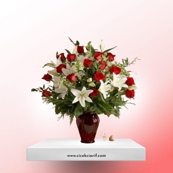 Kırmızı-Vazoda-21-Adet-Kırmızı-Gül-ve-Lilyum-Aranjman