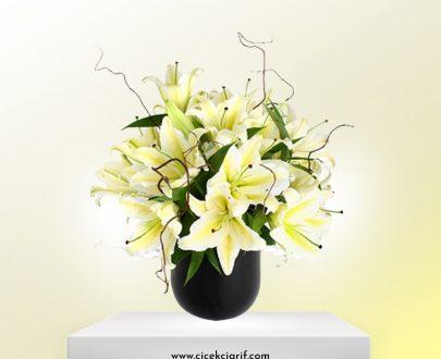 Siyah-Vazoda-Lilyum-ve-Beyaz-Mevsim-Çiçekleri-Aranjman
