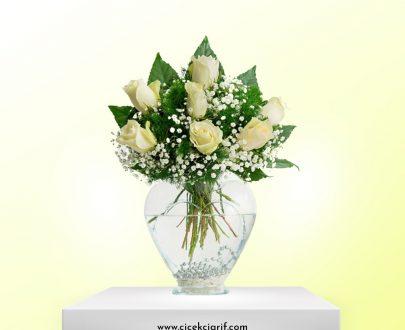 kalp-vazoda-7-adet-beyaz-gül